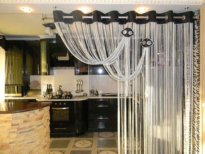 Фото примера разделения зон в квартире-студии с помощью нитевых штор