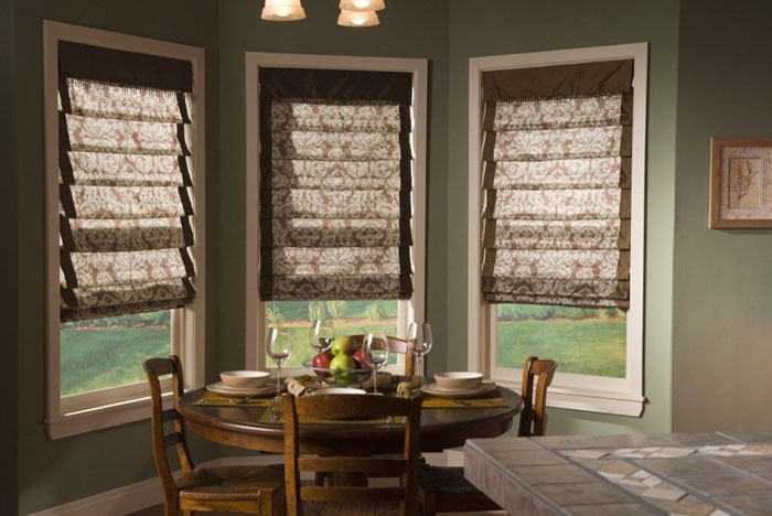 Очень оригинально и красиво римские шторы смотрятся на кухне