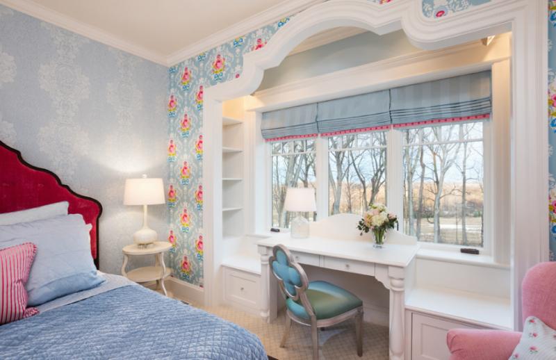 Очень стильным выглядит сочетание римских штор с другими предметами интерьера. Например, можно подобрать занавеси в тон стен или покрывала на кровати, как показано на фото
