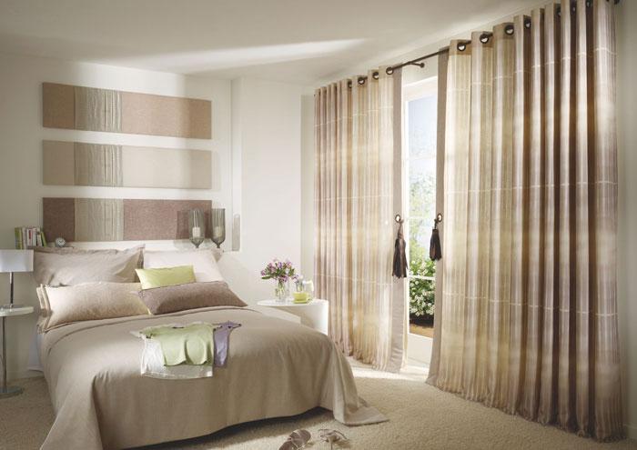 Фото примера оформления люверсами окна в спальной комнате
