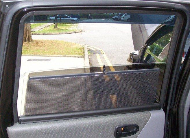 Шторки в форме рулона очень практичны и удобны в использовании. На фото продемонстрировано, что с ними окно открывается без проблем