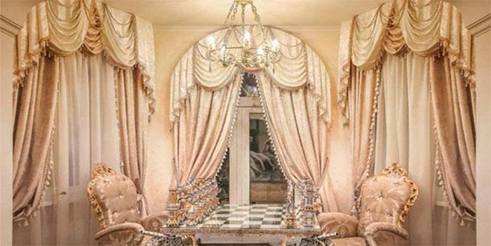 Барокко – стиль вычурности и громоздкости. На фото представлено шторы, выполнены в этом стиле