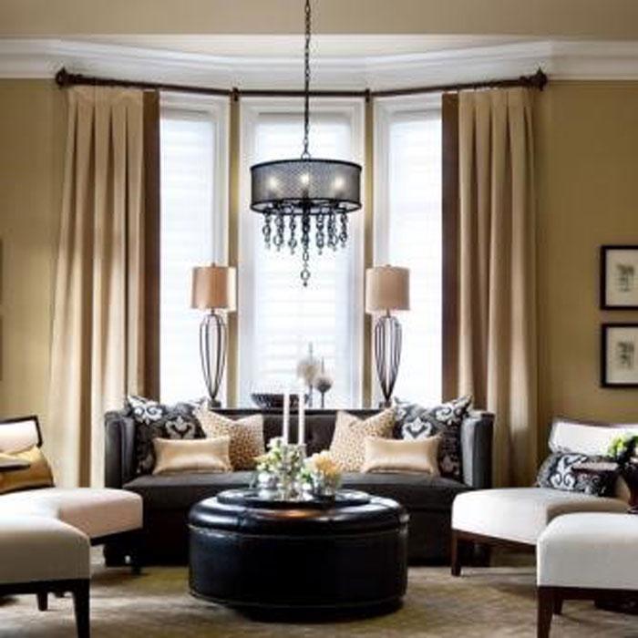 Нежные кремовые шторы создадут гостиной аристократичный образ
