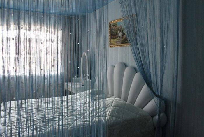 Романтичную атмосферу в спальне можно создать с помощью оригинальных штор