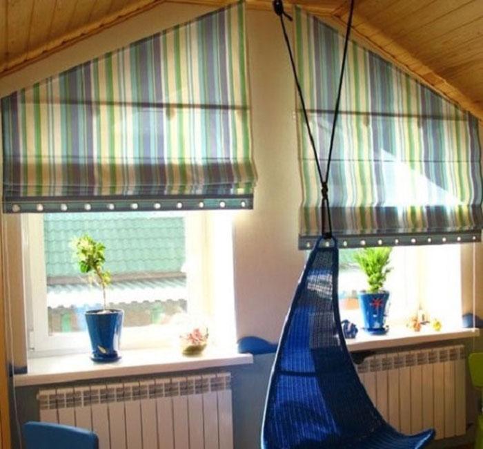 Косая рулонная штора на окне