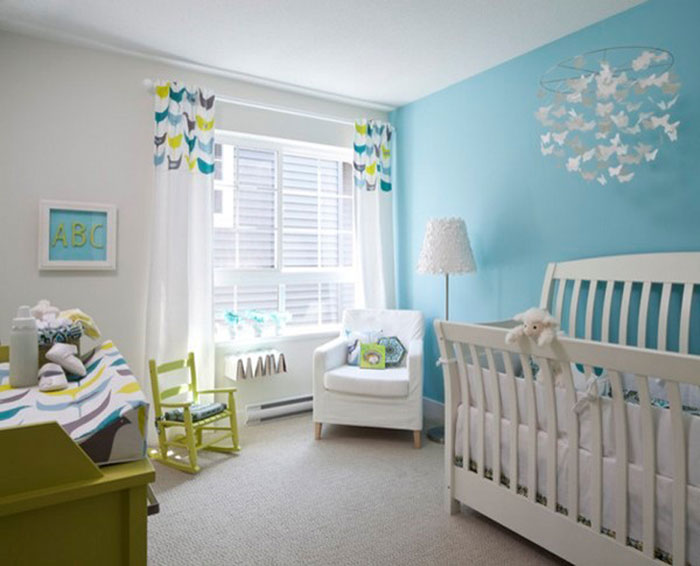 Белые занавески в сочетании с голубым оттенком стен придают комнате легкости