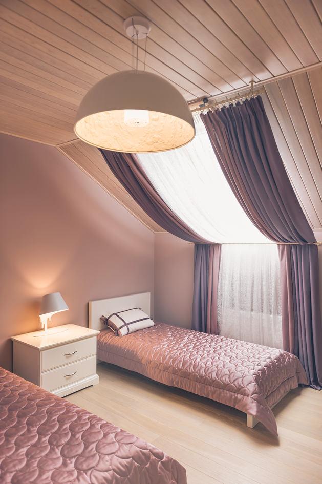 Правильное использование тканевых штор в мансарде создаст ощущение легкости и воздушности