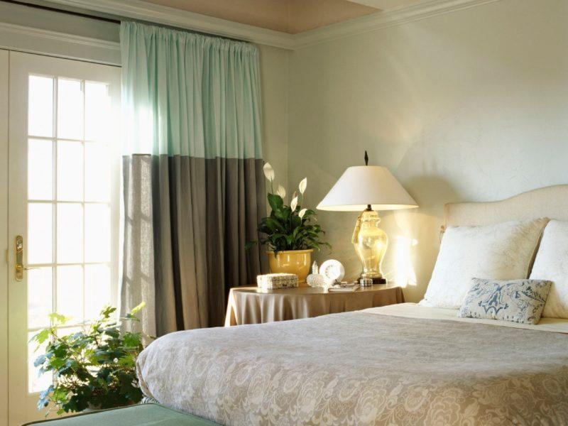 Фото спальни с серо-бирюзовой шторной композицией.
