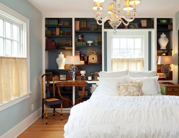 Хотя чаще всего шторы в стиле «кафе» используются в интерьере кухонь и столовых, если проявить немного фантазии, с их помощью можно освежить даже спальню