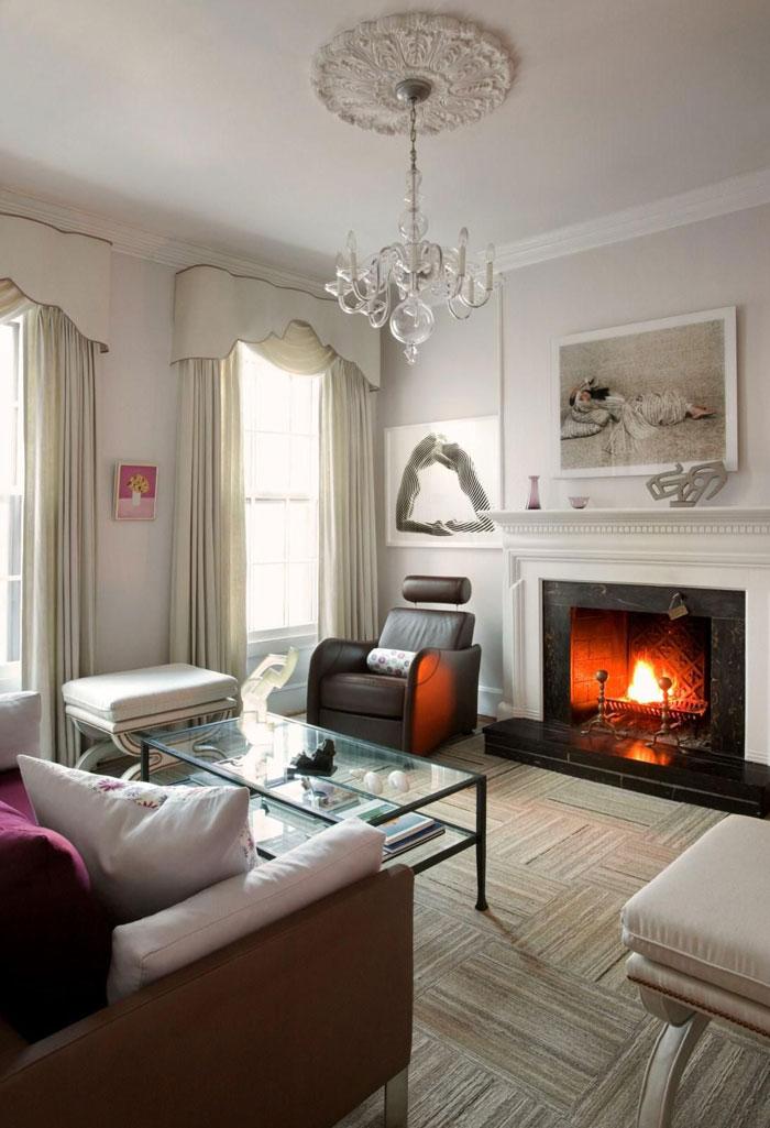 Вариант комбинированного оформления замечательно смотрится в зале с классическим интерьером, придает легкости и грациозности