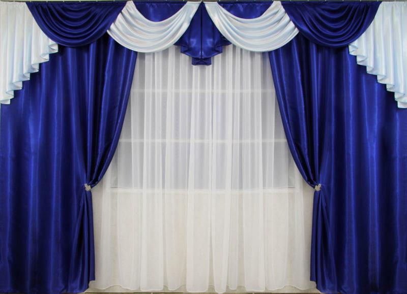 На фото очень яркие и красивые шторы с ламбрекеном. Закреплены ожерельем по боках