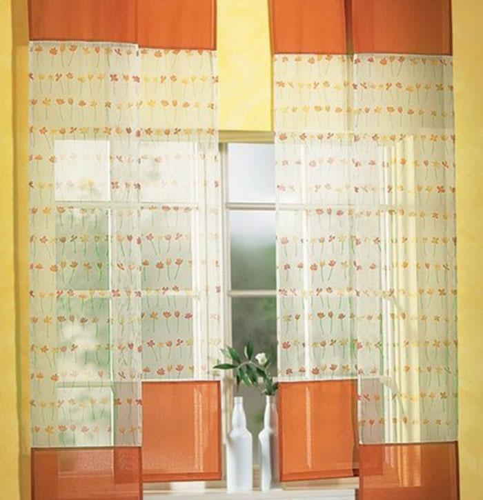 Красиво смотрятся на окне кухни полотнища лесенкой